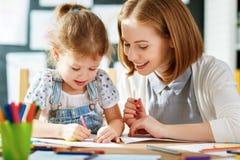 Mutter- und Kindertochter zeichnet in Kreativität im Kindergarten Lizenzfreie Stockbilder