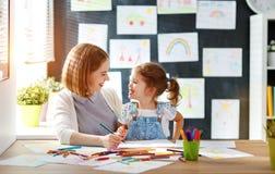 Mutter- und Kindertochter zeichnet in Kreativität im Kindergarten Stockbild