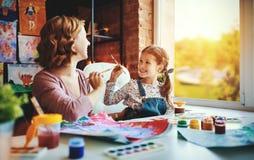 Mutter- und Kindertochtermalerei zeichnet in Kreativität im Kindergarten lizenzfreies stockfoto