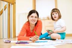 Mutter- und Kinderzeichnung auf Papier Stockbild