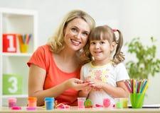 Mutter- und Kinderzeichnung mit Bleistiften zusammen Lizenzfreie Stockbilder