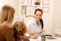 Mutter- und Kindmädchenbesuchs-Kinderarztbüro Stockfotografie