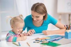 Mutter und Kindparenting-Mutterschafts-Liebes-Sorgfalt-Konzept Stockfotografie