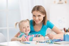 Mutter und Kindparenting-Mutterschafts-Liebes-Sorgfalt-Konzept Lizenzfreie Stockbilder