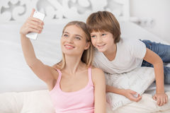 Mutter und Kindparenting-Mutterschafts-Liebes-Sorgfalt-Konzept Lizenzfreies Stockbild