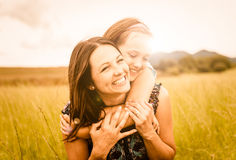 Mutter- und Kindumarmen stockbild