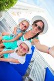 Mutter und kleine Mädchen, die selfie an tropischem nehmen Stockfoto