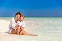 Mutter und kleine Tochter auf dem Strand lizenzfreie stockbilder
