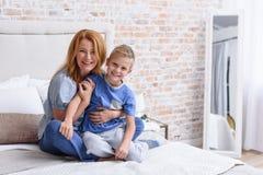 Mutter und kleiner Sohn, die zu Hause spielerisch ist Stockbilder