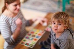 Mutter und kleiner Sohn, die zusammen BildungsKartenspiel für c spielen Lizenzfreie Stockfotografie