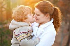 Mutter und kleiner Sohn im Park oder im Wald, draußen Spaß zusammen umarmen und habend Glücklicher Kleinkindjunge und junge Mama, lizenzfreies stockfoto