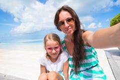 Mutter und kleines Mädchen, die selfie Hintergrund nehmen Stockfotos