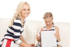 Mutter und kleines Mädchen mit Geschenken Stockfotos