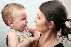 Mutter und Kleinkind auf Weiß lizenzfreie stockfotos