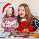 Mutter- und Kleinkindmädchenbacken-Lebkuchenplätzchen für Christus Lizenzfreie Stockbilder