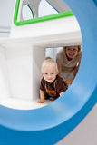 Mutter- und Kleinkindspielen Lizenzfreie Stockfotografie