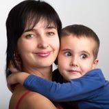Mutter und konfuse Sohnumarmung Lizenzfreies Stockfoto