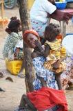 Mutter und Lied in einem afrikanischen Markt stockfotografie