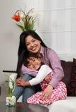 Mutter- und Mädchenlächeln Stockfotos