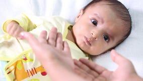 Mutter und neugeborene Babyliebe stock video
