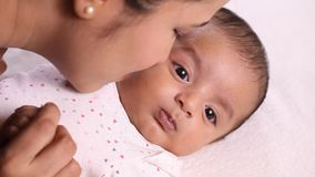 Mutter und neugeborene Babyliebe stock footage