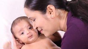 Mutter und neugeborene Babyliebe stock video footage