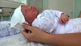 Mutter und neugeborene Tochter in der Geburtsklinik stock footage