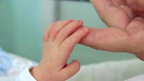 Mutter und neugeborene Tochter in der Geburtsklinik. Hand in Hand stock footage