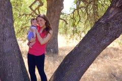 Mutter und neugeborener Sohn in einem Park Lizenzfreie Stockfotos