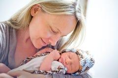 Mutter und neugeborenes Baby lizenzfreies stockfoto