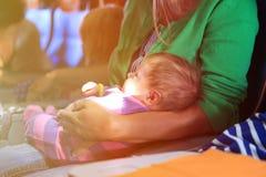 Mutter und Säuglingstochter reisen mit dem Flugzeug Stockbilder