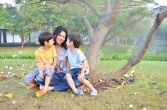 Mutter und Söhne im Park lizenzfreies stockbild