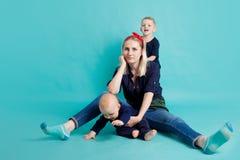 Mutter und Söhne, Porträt auf blauem Hintergrund stockfoto