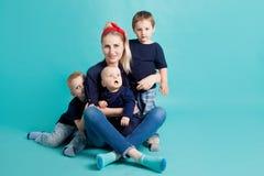 Mutter und Söhne, Porträt auf blauem Hintergrund stockbilder