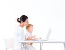 Mutter und Schätzchen, das Laptop verwendet Stockbilder