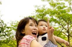 Mutter und Schätzchen, die oben schauen lizenzfreie stockfotografie