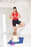 Mutter und Schätzchen, die Yoga tun Lizenzfreie Stockbilder