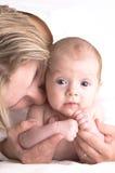 Mutter und Schätzchen in ihrem Arm Lizenzfreie Stockbilder