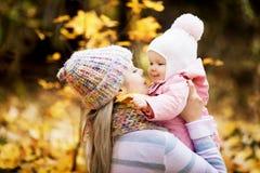 Mutter und Schätzchen im Freien lizenzfreies stockfoto