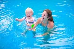 Mutter und Schätzchen im Swimmingpool Stockbilder
