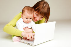 Mutter und Schätzchen am Laptop Stockbilder