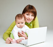 Mutter und Schätzchen am Laptop Lizenzfreies Stockbild
