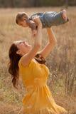 Mutter-und Schätzchen-Sohn draußen Stockfoto