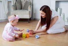 Mutter und Schätzchen zu Hause lizenzfreies stockfoto