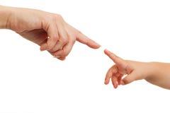 Mutter- und Schätzchenhände, die mit dem Finger zeigen.