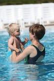 Mutter- und Schätzchentochter im Swimmingpool lizenzfreie stockfotografie