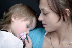 Mutter und schläfriges Schätzchen Lizenzfreie Stockfotografie