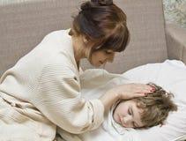Mutter und schlafendes Kind Stockfoto