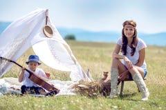 Mutter und Sohn auf dem Gebiet Lizenzfreie Stockbilder