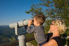 Mutter und Sohn auf dem Standpunkt des Banjska-stena auf Berg Tara Stockfotos